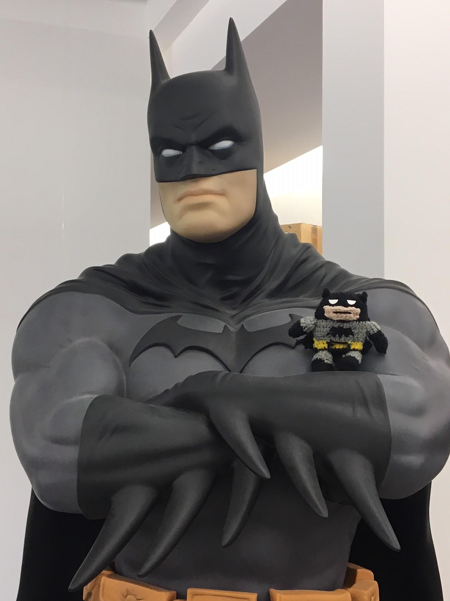 Batman mit Strickfigur