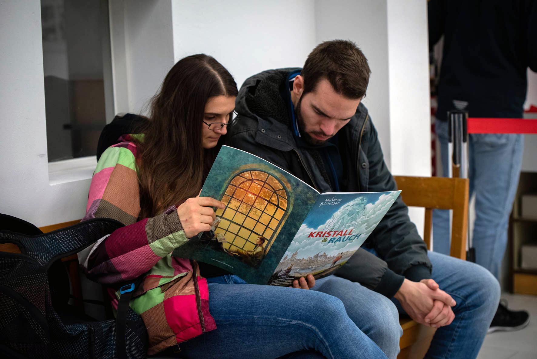 """Museumsnacht 2018 im Cöln Comic Haus - Besucher lesen den Ausstellungscomic """"Kristall & Rauch"""""""