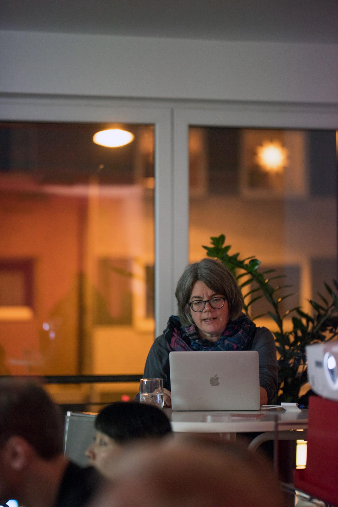 """Museumsnacht 2017: Birgit Weyhe """"Madgermanes"""" In der DDR wurden rund 20.000 Vertragsarbeiter aus Mosambik ausgebildet, um später zum Aufbau eines unabhängigen sozialistischen Mosambiks beizutragen. Doch die sogenannten »Madgermane« kehrten in ein vom Bürgerkrieg zerstörtes Land zurück. Birgit Weyhe lässt sie zu Wort kommen"""