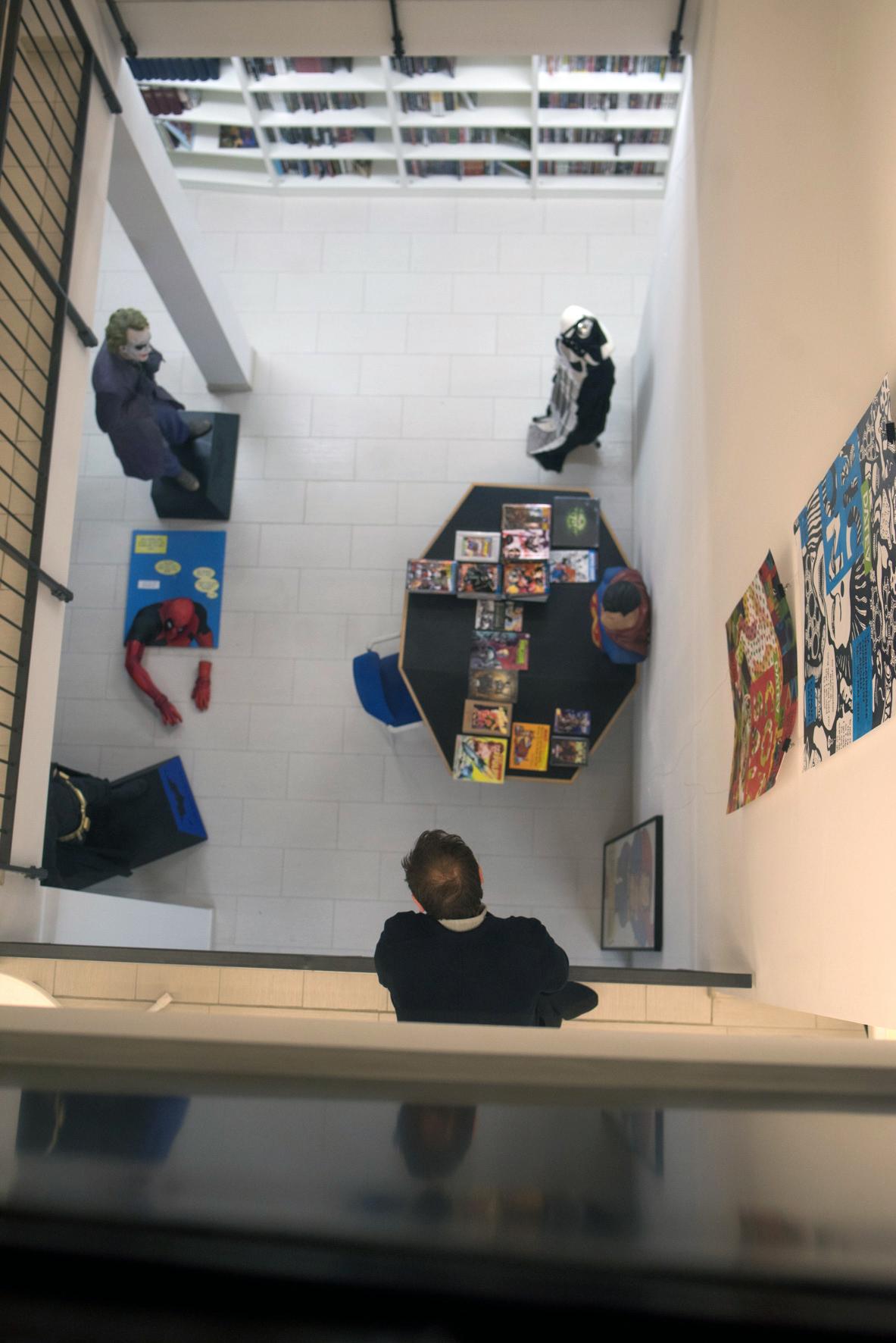 Museumsnacht 2017: Der Blick von der Ausstellungsebene hinab in die Comic-Bibliothek über die Joker und Batman wachen