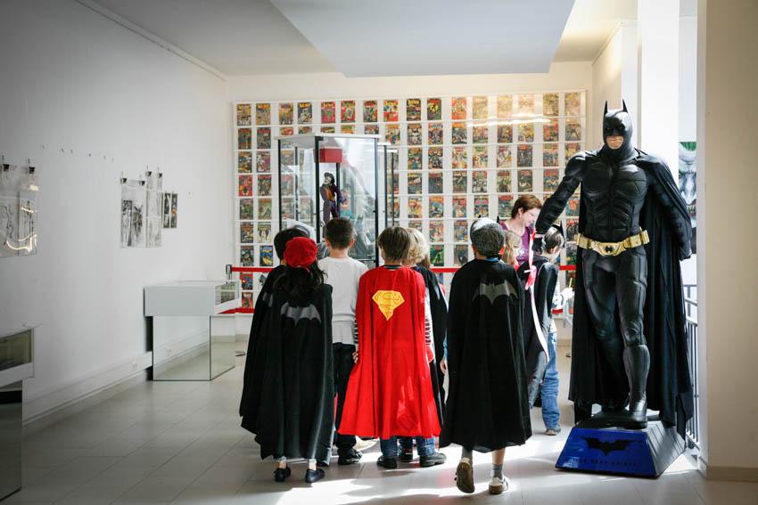 Totale mit Kindern, Batman und Wand