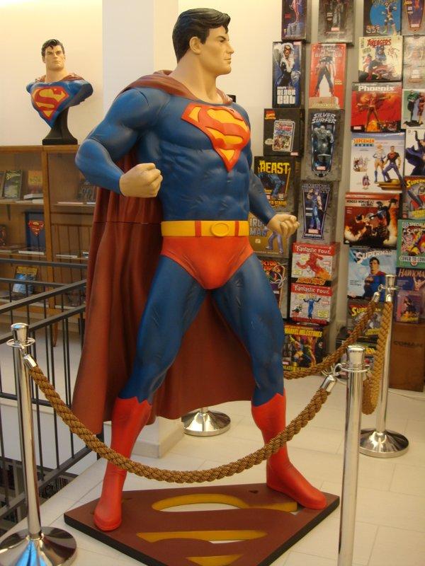 Superman mit Merchandise