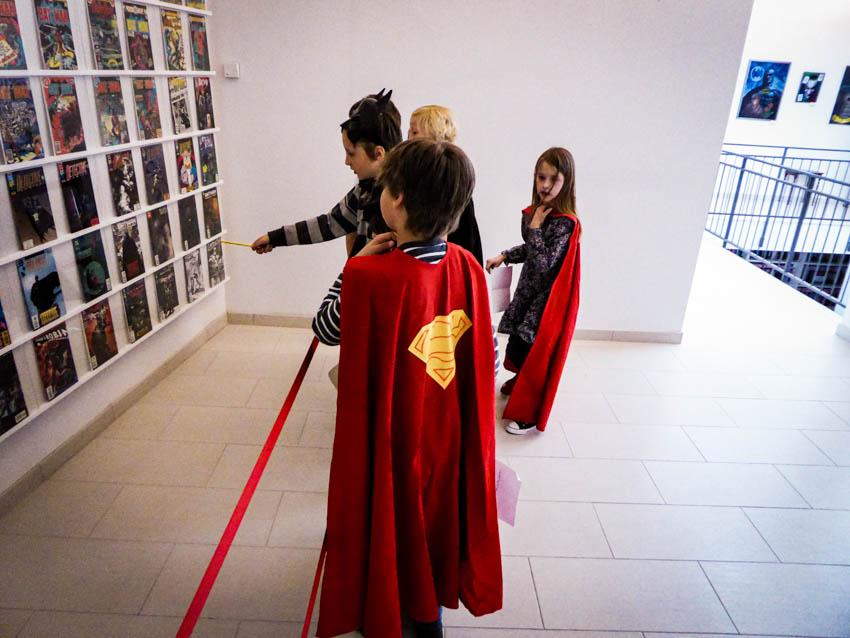 Kinder vor Comic-Wand