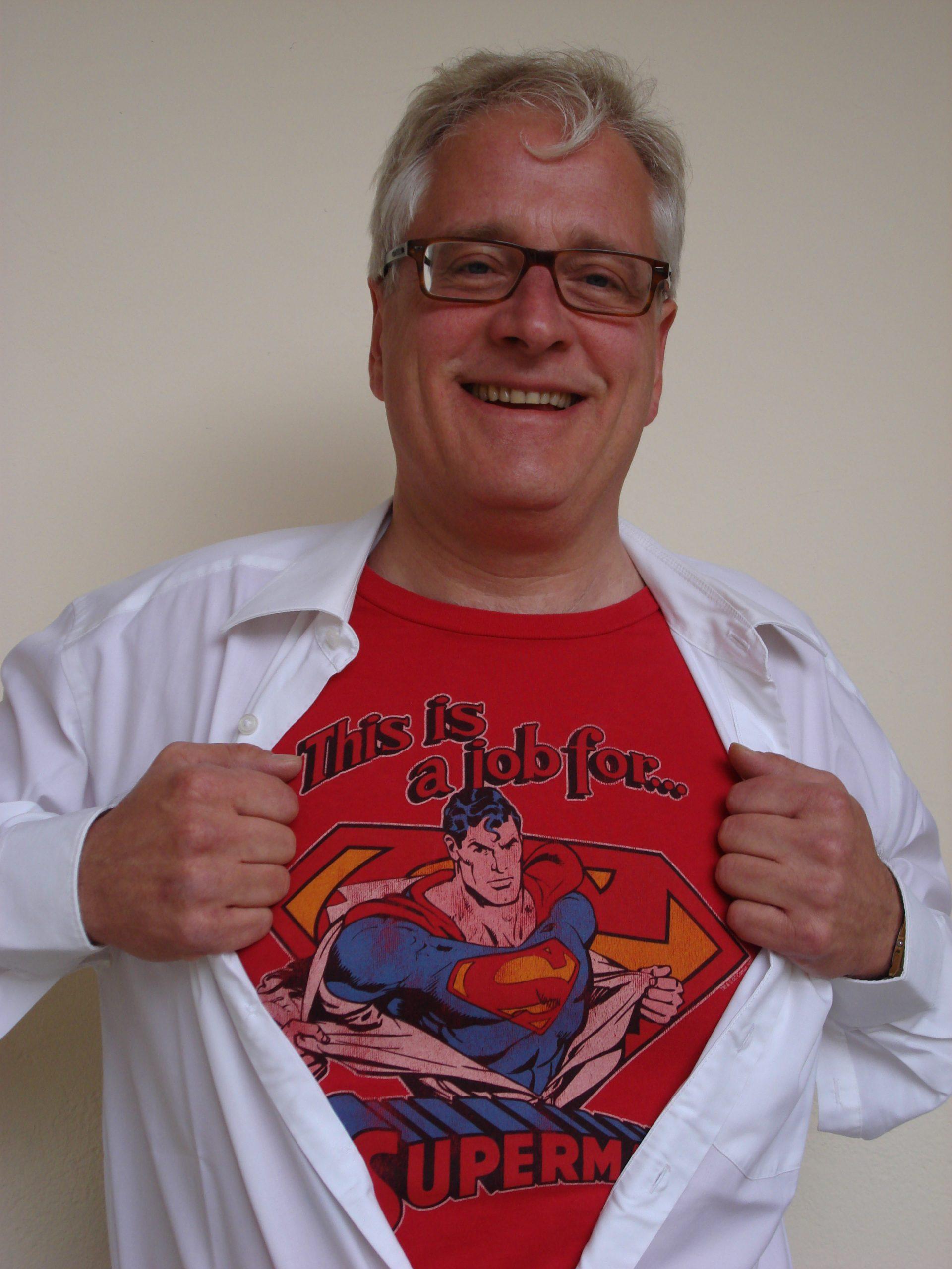 Thomas Schmitz-Lippert mit Superman-T-Shirt